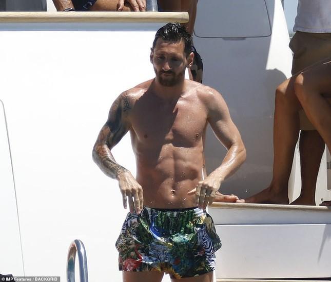 Messi ôm ấp bà xã nóng bỏng trên du thuyền, cùng gia đình Suarez đi nghỉ mát ảnh 8