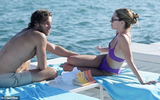Con gái nữ diễn viên Lisa Rinna nổi bật với bikini tím, hôn đắm đuối bạn trai tại Cannes ảnh 1
