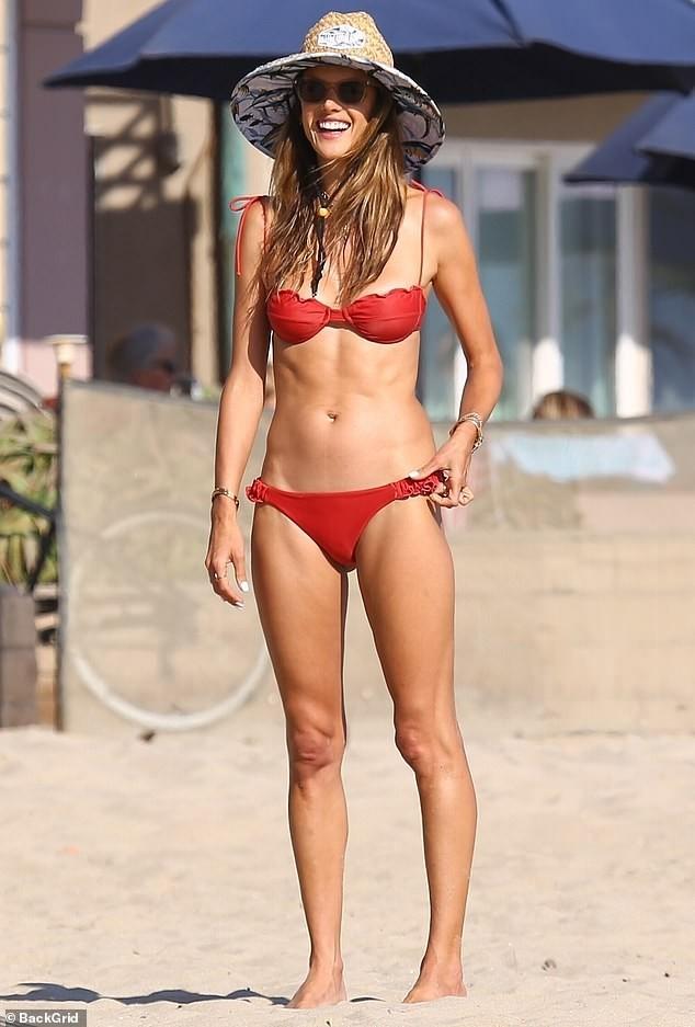 Alessandra Ambrosio tươi rói trên bãi biển, bộ bikini thành tâm điểm bàn tán ảnh 1