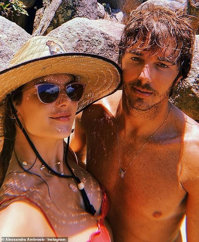 Alessandra Ambrosio tươi rói trên bãi biển, bộ bikini thành tâm điểm bàn tán ảnh 4