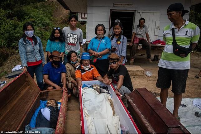 'Rợn người' tục bốc mộ, trò chuyện và thậm chí ôm, chụp ảnh với thi thể ở Indonesia ảnh 7