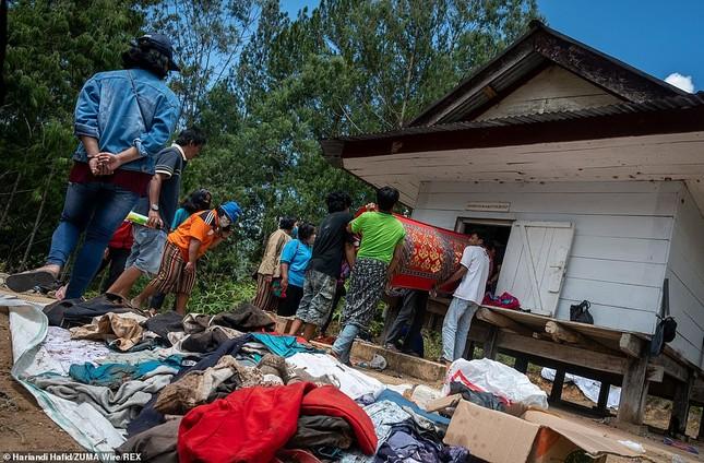 'Rợn người' tục bốc mộ, trò chuyện và thậm chí ôm, chụp ảnh với thi thể ở Indonesia ảnh 2