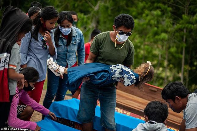 'Rợn người' tục bốc mộ, trò chuyện và thậm chí ôm, chụp ảnh với thi thể ở Indonesia ảnh 5