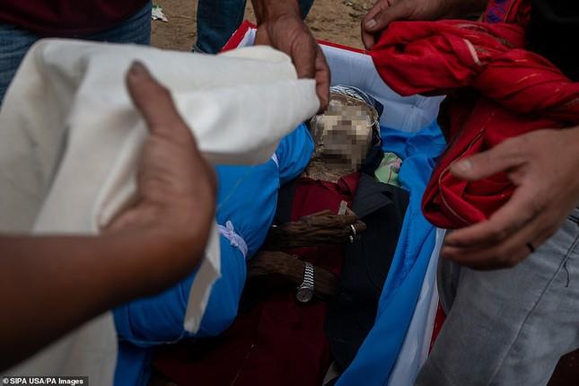 'Rợn người' tục bốc mộ, trò chuyện và thậm chí ôm, chụp ảnh với thi thể ở Indonesia ảnh 6