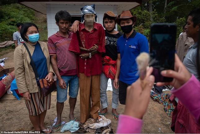 'Rợn người' tục bốc mộ, trò chuyện và thậm chí ôm, chụp ảnh với thi thể ở Indonesia ảnh 4