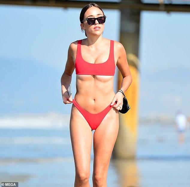 Em gái hoa hậu Olivia Culpo 'o ép' vòng một với bikini bé xíu ảnh 1