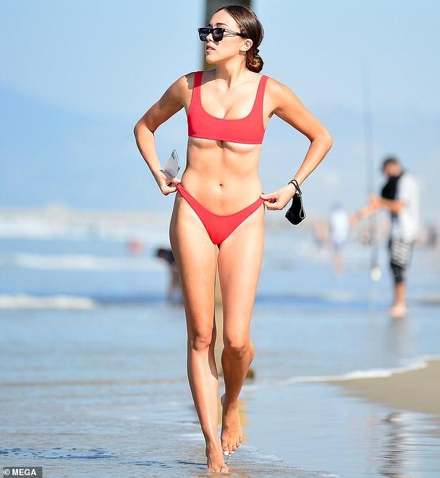 Em gái hoa hậu Olivia Culpo 'o ép' vòng một với bikini bé xíu ảnh 2