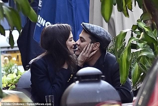 Katie Holmes và tình trẻ 'dính như sam', ôm hôn say đắm nơi công cộng ảnh 3