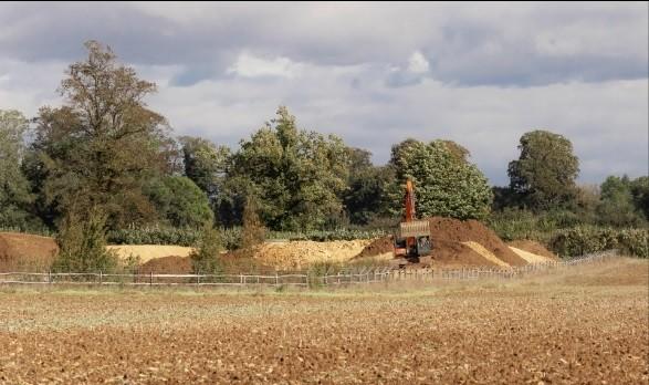 Vợ chồng Beckham gây tranh cãi vì xây hồ trong khuôn viên điền trang gần 180 tỷ ảnh 2