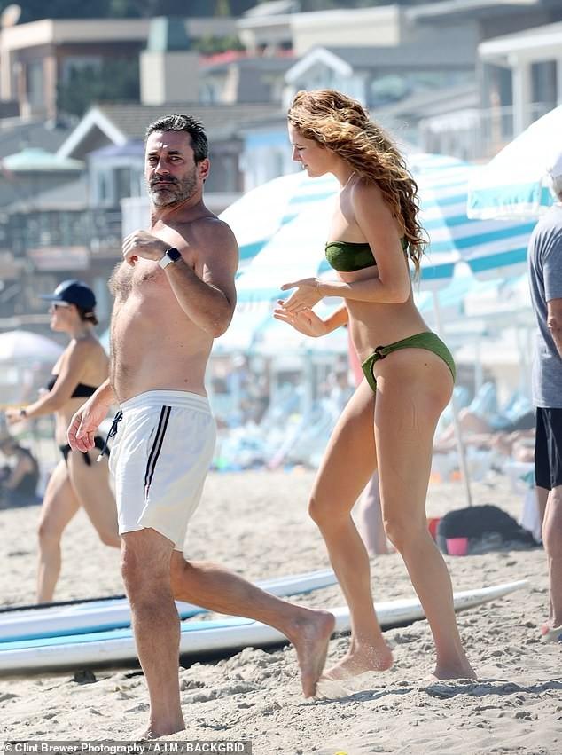 Bạn gái kém 17 tuổi của tài tử 'Gã điên' diện bikini bé xíu, thân hình 1m80 nổi bật ảnh 1