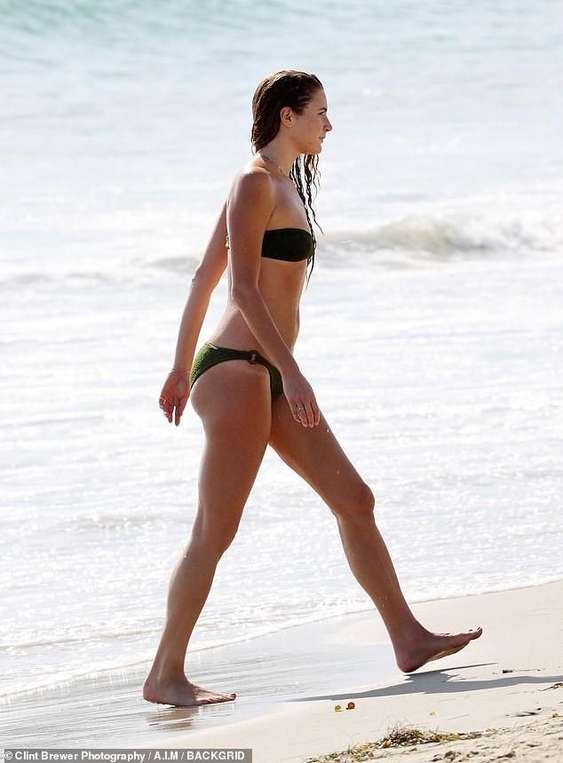 Bạn gái kém 17 tuổi của tài tử 'Gã điên' diện bikini bé xíu, thân hình 1m80 nổi bật ảnh 3