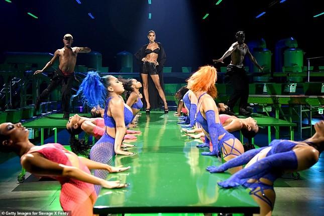 Bella Hadid, Irina Shayk và Cara Delevingne quy tụ trong đêm hội nội y của Rihanna ảnh 3