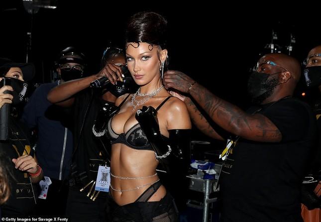 Bella Hadid, Irina Shayk và Cara Delevingne quy tụ trong đêm hội nội y của Rihanna ảnh 4