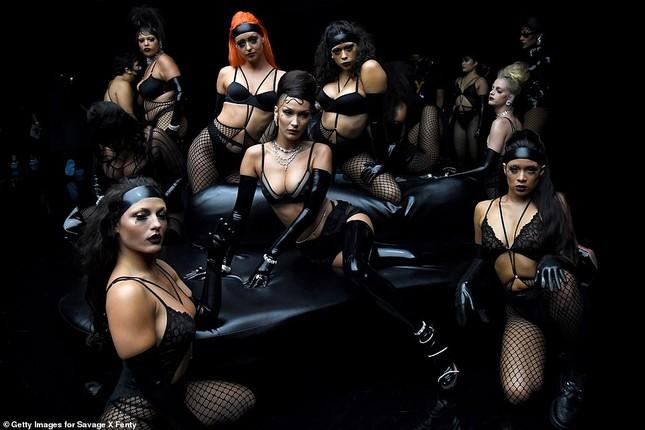 Bella Hadid, Irina Shayk và Cara Delevingne quy tụ trong đêm hội nội y của Rihanna ảnh 6