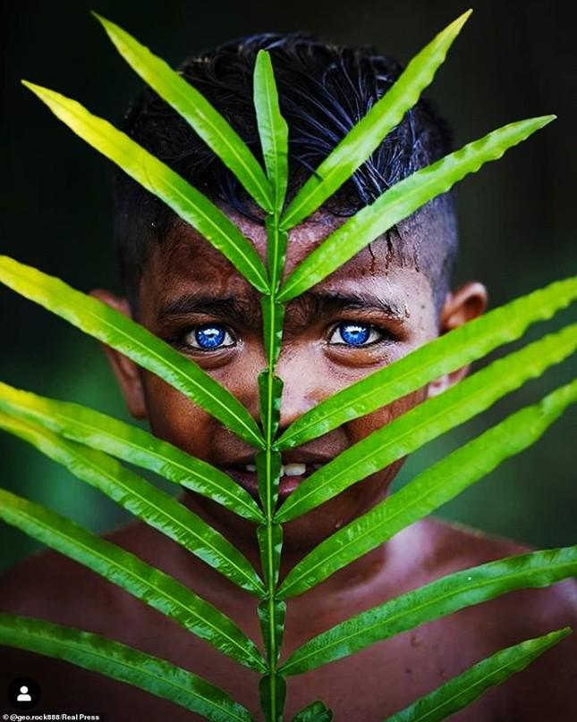 Kỳ lạ bộ tộc có màu mắt xanh biếc như bầu trời ở Indonesia ảnh 1