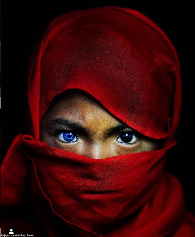 Kỳ lạ bộ tộc có màu mắt xanh biếc như bầu trời ở Indonesia ảnh 3