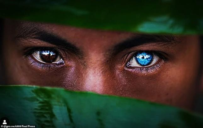 Kỳ lạ bộ tộc có màu mắt xanh biếc như bầu trời ở Indonesia ảnh 7