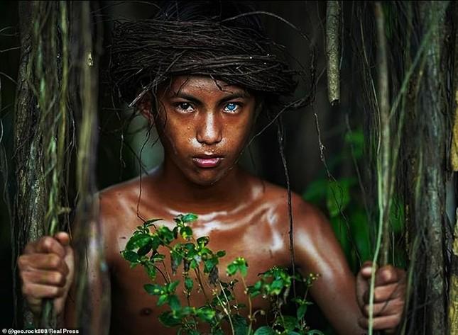 Kỳ lạ bộ tộc có màu mắt xanh biếc như bầu trời ở Indonesia ảnh 8
