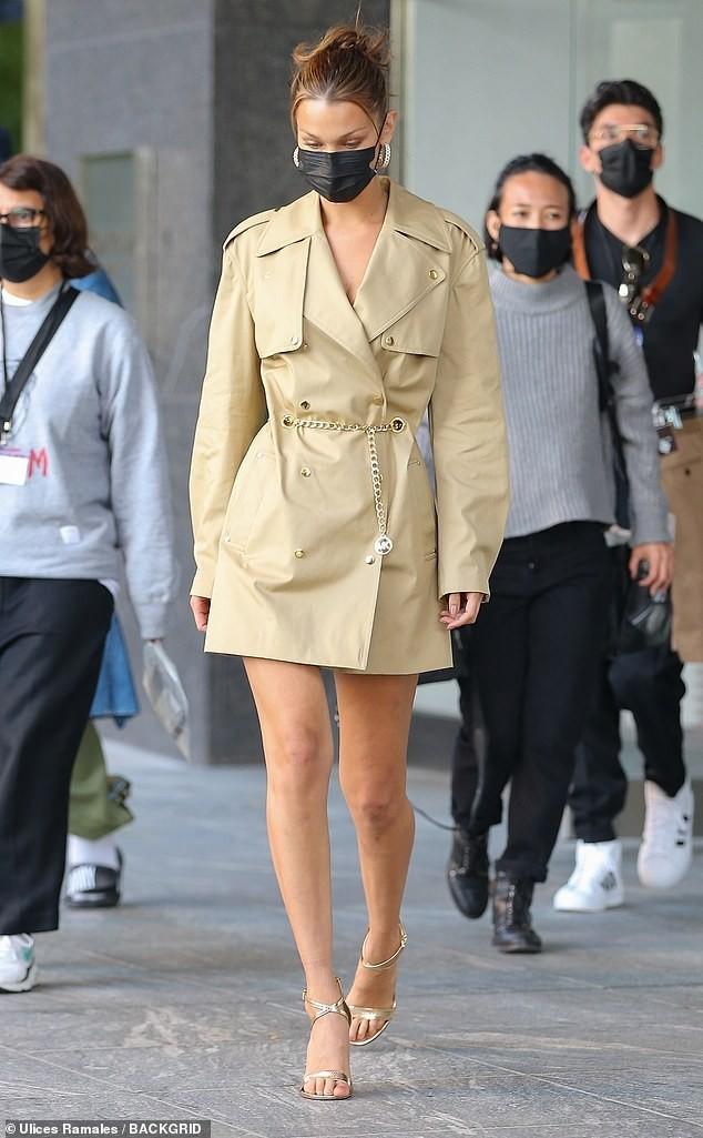Hậu diện bikini 'bốc lửa' đón sinh nhật, Bella Hadid nổi bật trên phố với đôi chân dài ảnh 1