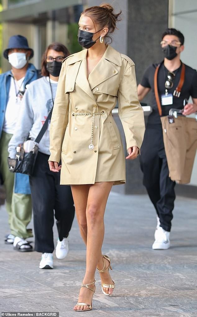 Hậu diện bikini 'bốc lửa' đón sinh nhật, Bella Hadid nổi bật trên phố với đôi chân dài ảnh 2