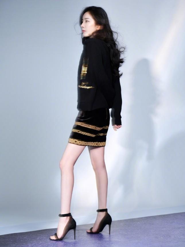 Dương Mịch mặc crop-top trẻ trung, vòng eo phẳng lì đáng ngưỡng mộ ảnh 5