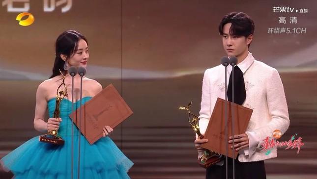 'Bóc trần' nhan sắc thật của loạt mỹ nhân Hoa ngữ tại lễ bế mạc Kim Ưng 2020 ảnh 4