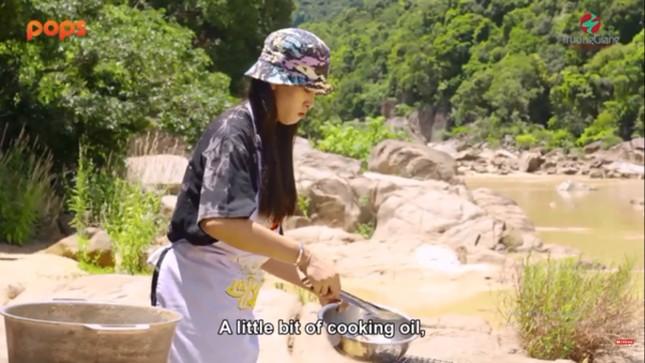 Dùng bữa cùng Trường Giang, Hoa hậu Tiểu Vy 'cơm chan nước mắt' ảnh 2