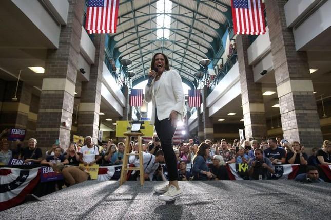 Cách nữ phó tổng thống Mỹ Kamala Harris kể câu chuyện của mình bằng thời trang ảnh 3