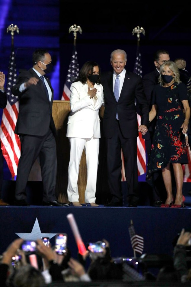 Cách nữ phó tổng thống Mỹ Kamala Harris kể câu chuyện của mình bằng thời trang ảnh 1