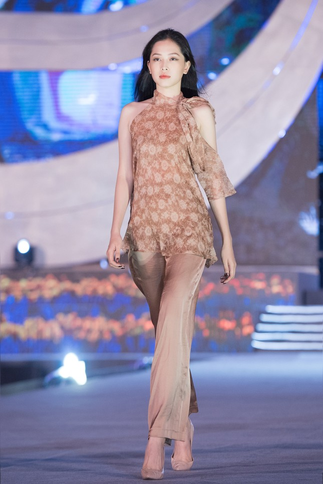 Hoa hậu Mỹ Linh, Tiểu Vy để mặt mộc nhưng cực thần thái tổng duyệt Người đẹp thời trang ảnh 8