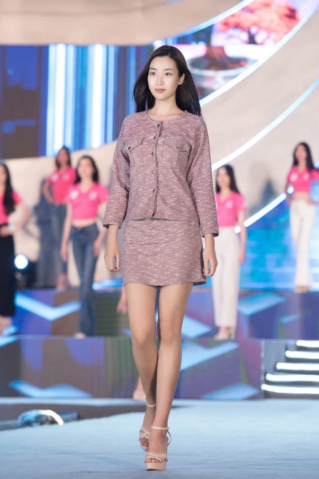 Hoa hậu Mỹ Linh, Tiểu Vy để mặt mộc nhưng cực thần thái tổng duyệt Người đẹp thời trang ảnh 7