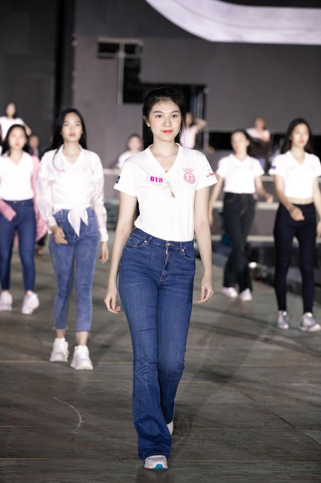 Hoa hậu Mỹ Linh, Tiểu Vy để mặt mộc nhưng cực thần thái tổng duyệt Người đẹp thời trang ảnh 3