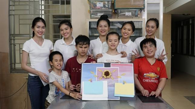 Thí sinh Hoa Hậu Việt Nam tổ chức đêm nhạc cho trẻ em khiếm thị tại mái ấm Thiên Ân ảnh 10