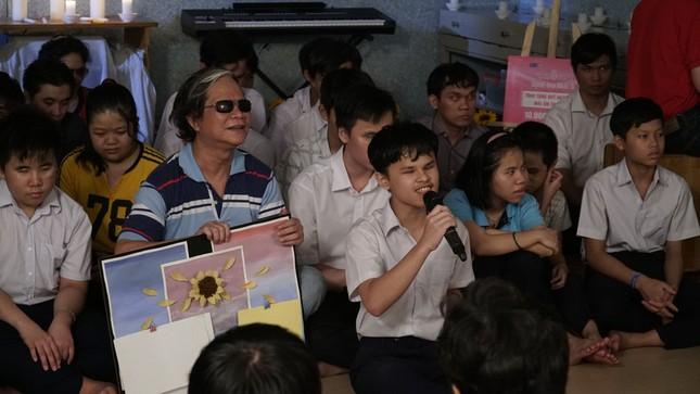 Thí sinh Hoa Hậu Việt Nam tổ chức đêm nhạc cho trẻ em khiếm thị tại mái ấm Thiên Ân ảnh 7