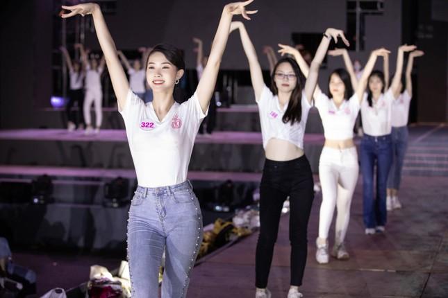 Hoa hậu Mỹ Linh, Tiểu Vy để mặt mộc nhưng cực thần thái tổng duyệt Người đẹp thời trang ảnh 2