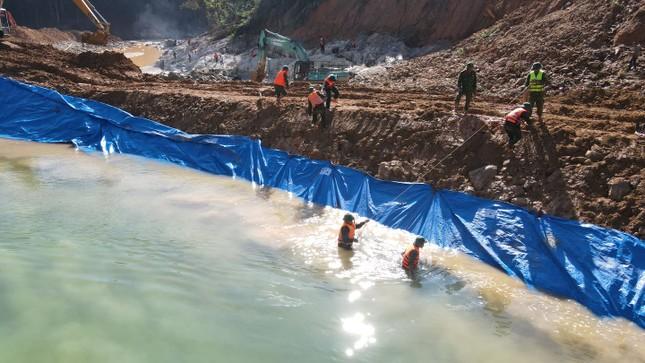 Ngăn đập thành công, phát hiện quần áo, xe máy của công nhân dưới sông Rào Trăng ảnh 10
