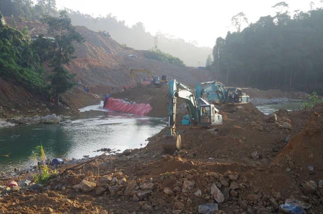 Ngăn đập thành công, phát hiện quần áo, xe máy của công nhân dưới sông Rào Trăng ảnh 4