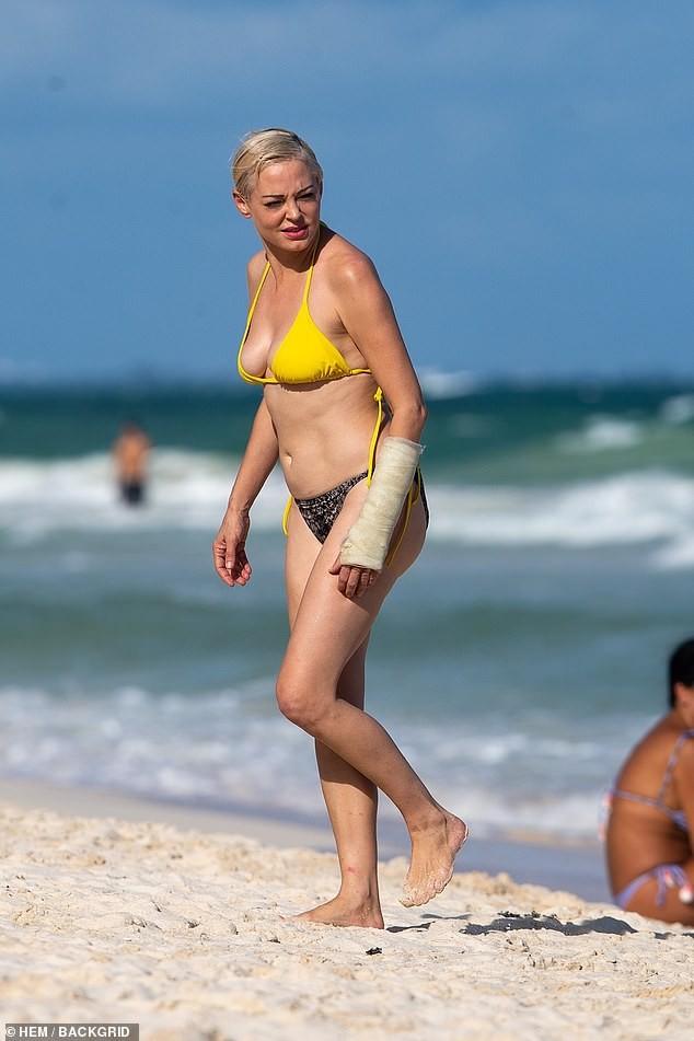 Em út phim 'Phép thuật' tự tin diện bikini dạo biển ở tuổi 47 ảnh 1