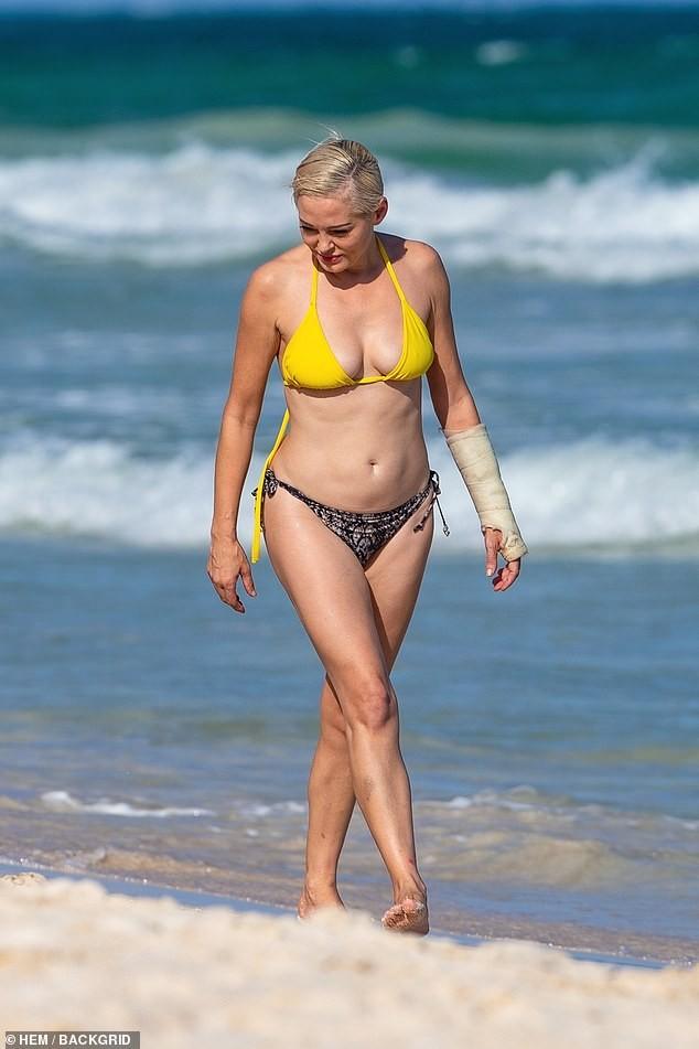 Em út phim 'Phép thuật' tự tin diện bikini dạo biển ở tuổi 47 ảnh 3