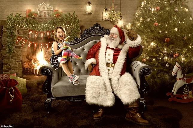 Xúc động bộ ảnh Giáng sinh bên ông già Noel của bệnh nhi giữa mùa COVID-19 ảnh 17