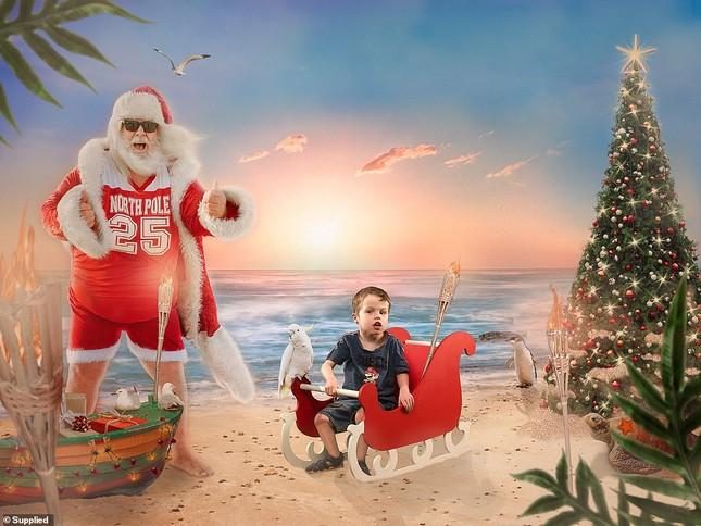 Xúc động bộ ảnh Giáng sinh bên ông già Noel của bệnh nhi giữa mùa COVID-19 ảnh 2