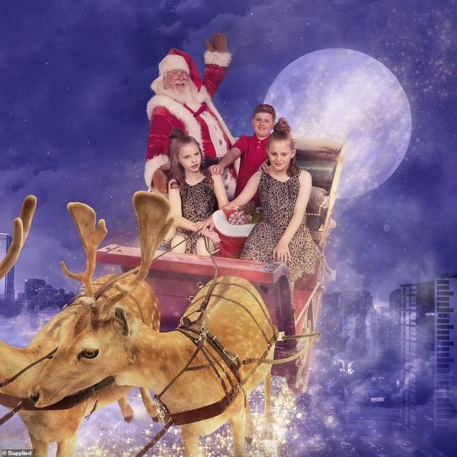 Xúc động bộ ảnh Giáng sinh bên ông già Noel của bệnh nhi giữa mùa COVID-19 ảnh 3
