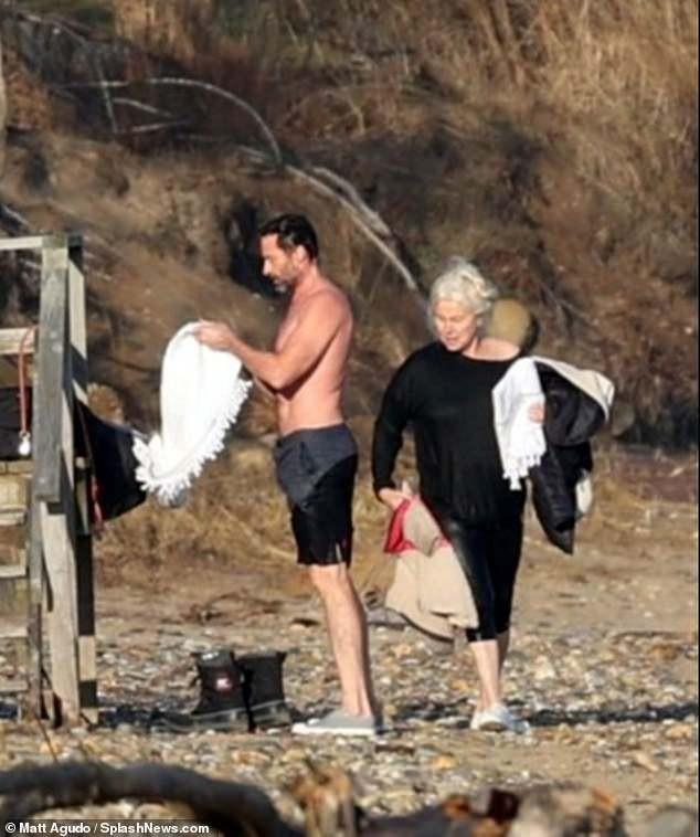 'Người sói' khoe cơ bắp rắn rỏi tuổi 52, ôm ấp tình tứ bà xã U70 trên bãi biển ảnh 10
