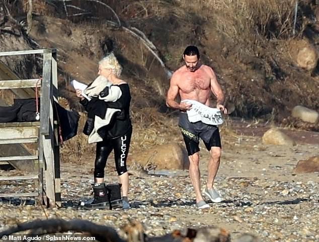 'Người sói' khoe cơ bắp rắn rỏi tuổi 52, ôm ấp tình tứ bà xã U70 trên bãi biển ảnh 1