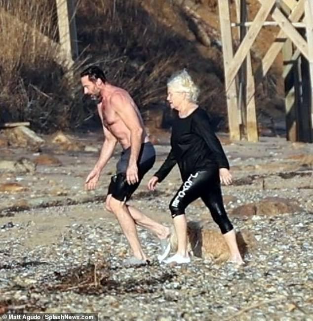 'Người sói' khoe cơ bắp rắn rỏi tuổi 52, ôm ấp tình tứ bà xã U70 trên bãi biển ảnh 8