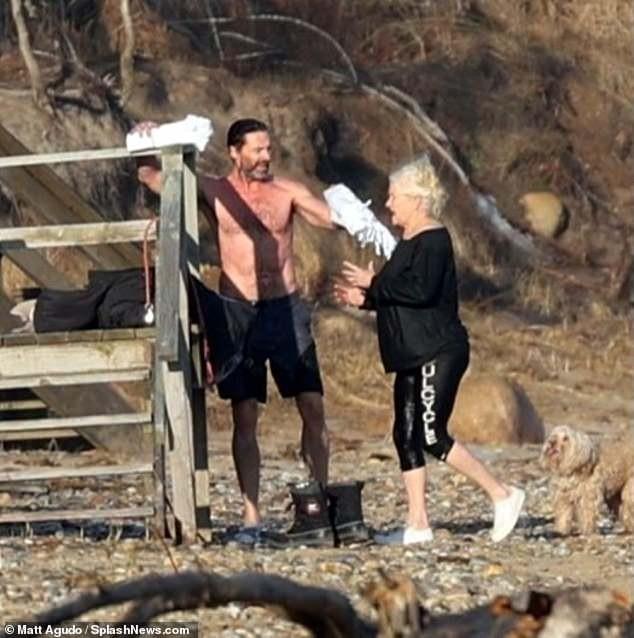 'Người sói' khoe cơ bắp rắn rỏi tuổi 52, ôm ấp tình tứ bà xã U70 trên bãi biển ảnh 9