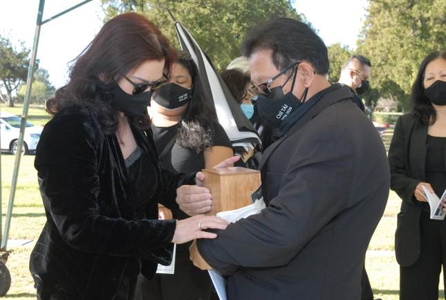 Vợ ôm chặt tro cốt nghệ sĩ Chí Tài và tự tay đặt vào nơi an nghỉ cuối cùng ảnh 1