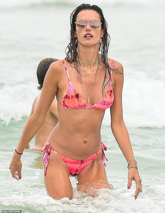 Alessandra Ambrosio lộ khuyết điểm hình thể khi mặc bikini ảnh 5