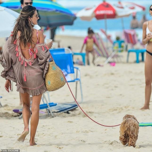 Alessandra Ambrosio lộ khuyết điểm hình thể khi mặc bikini ảnh 8