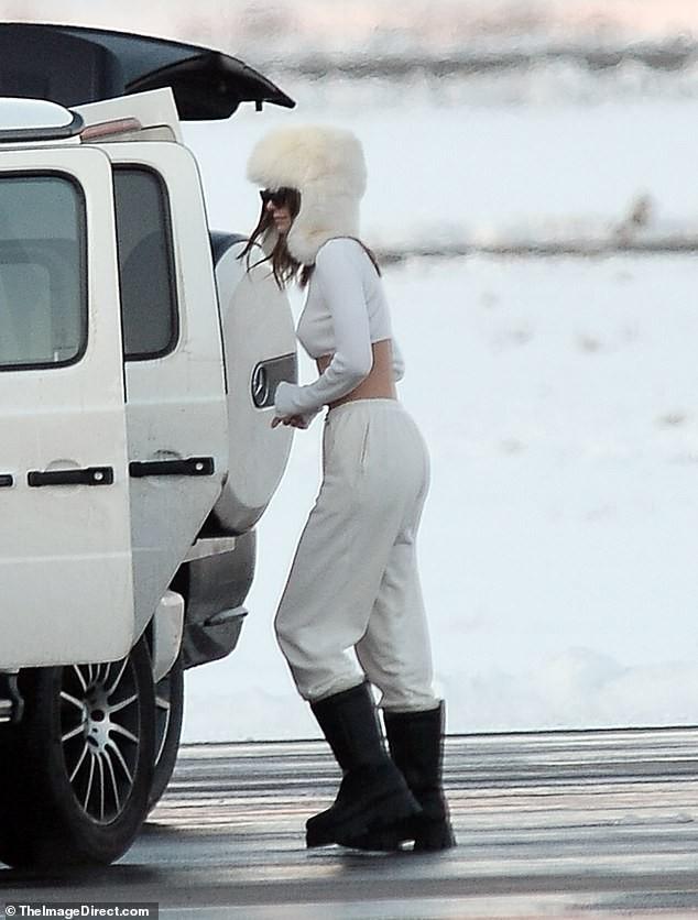 Kendall Jenner mặc 'quên nội y', mặc crop-top khoe eo thon bất chấp lạnh âm độ C ảnh 2